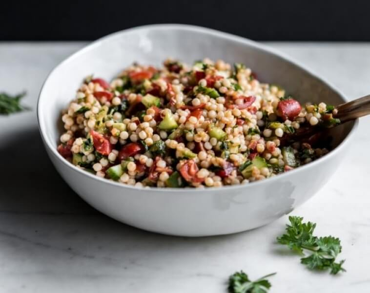 tabbouleh-salaattia kulhossa