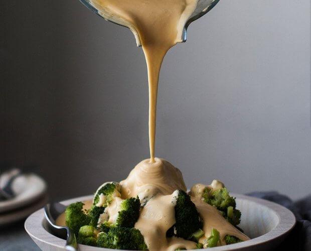 kuuma juustokastike ja parsakaalia