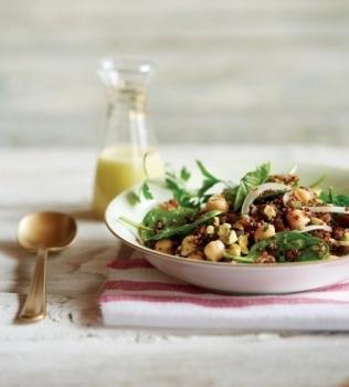 Quinoasalaatti pistaaseilla ja taateleilla